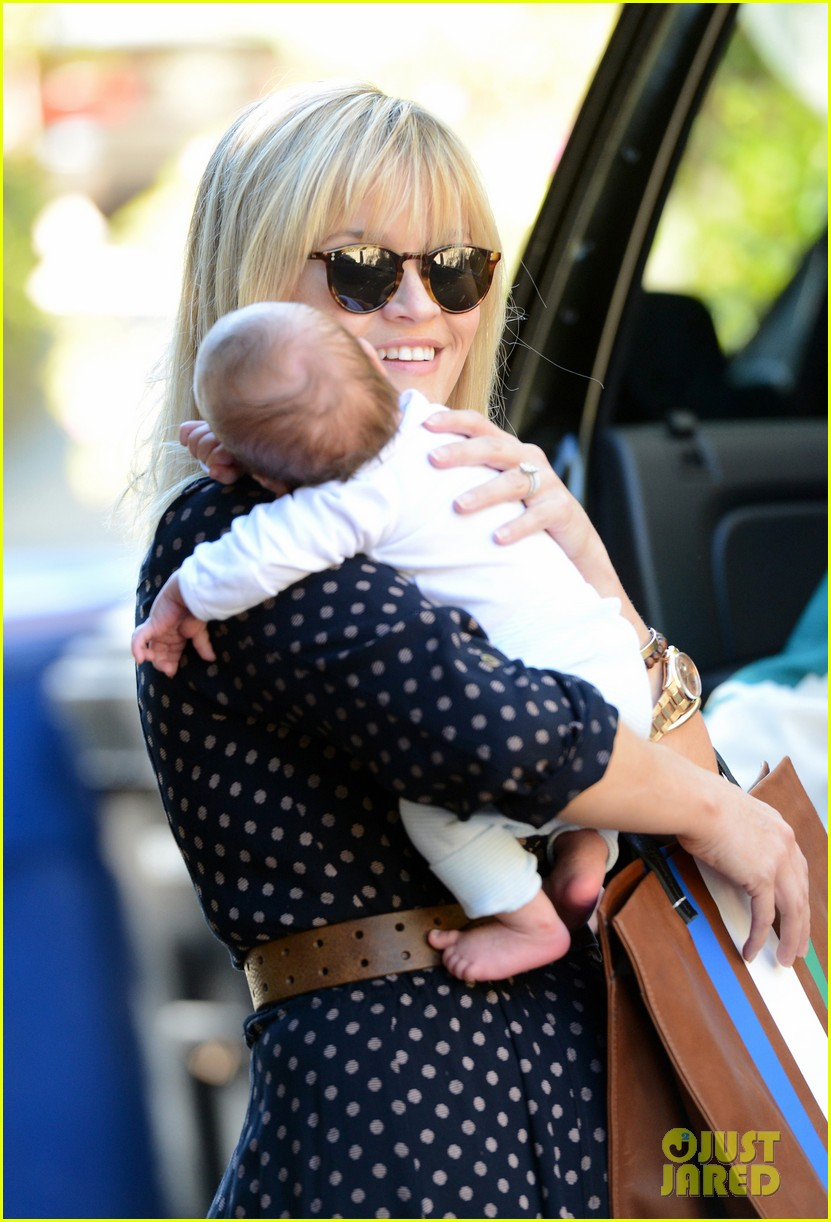 reese witherspoon baby tennessee los angeles outing 02