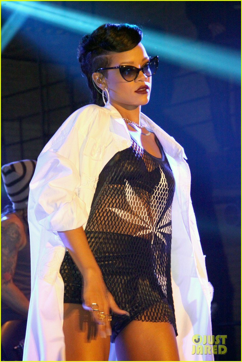 rihanna 777 tour hits berlin unapologetic in stores now 08