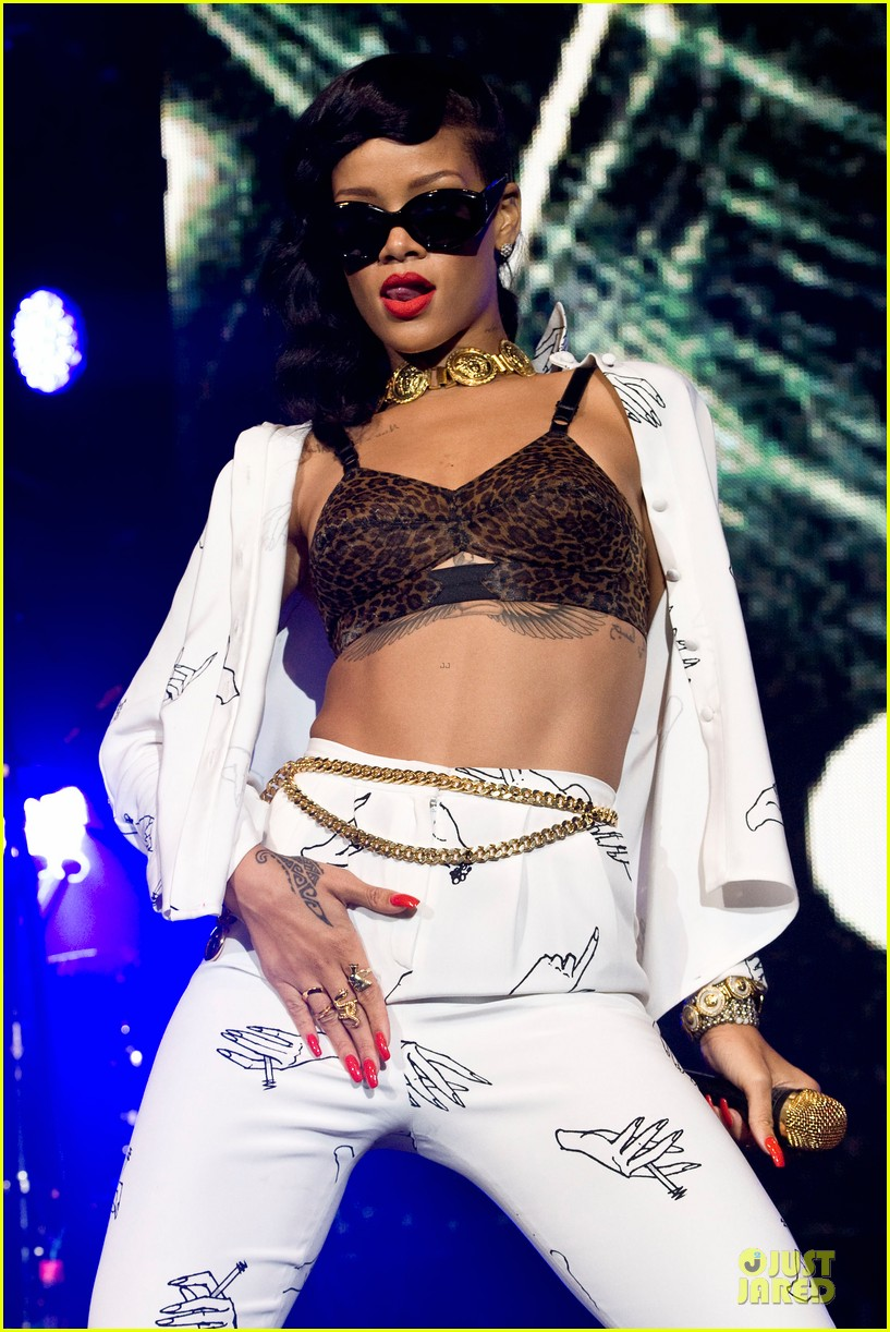 rihanna 777 tour hits london with cara delevingne exclusive 02