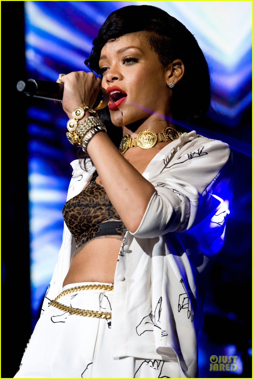 rihanna 777 tour hits london with cara delevingne exclusive 25