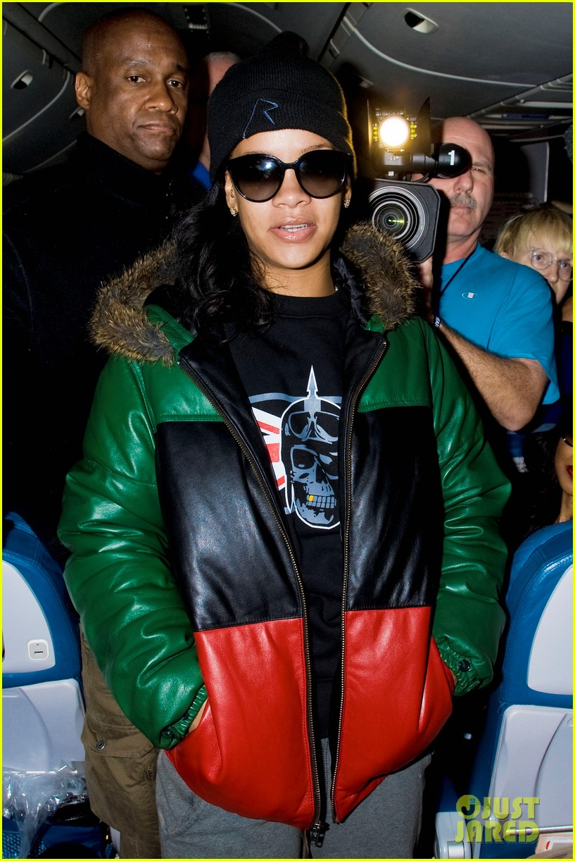 rihanna emerges on 777 tour flight to nyc first pics 05