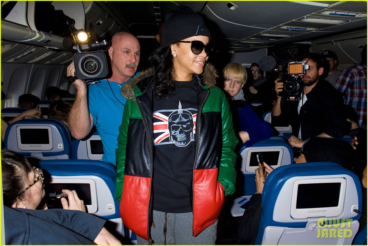 rihanna emerges on 777 tour flight to nyc first pics 07