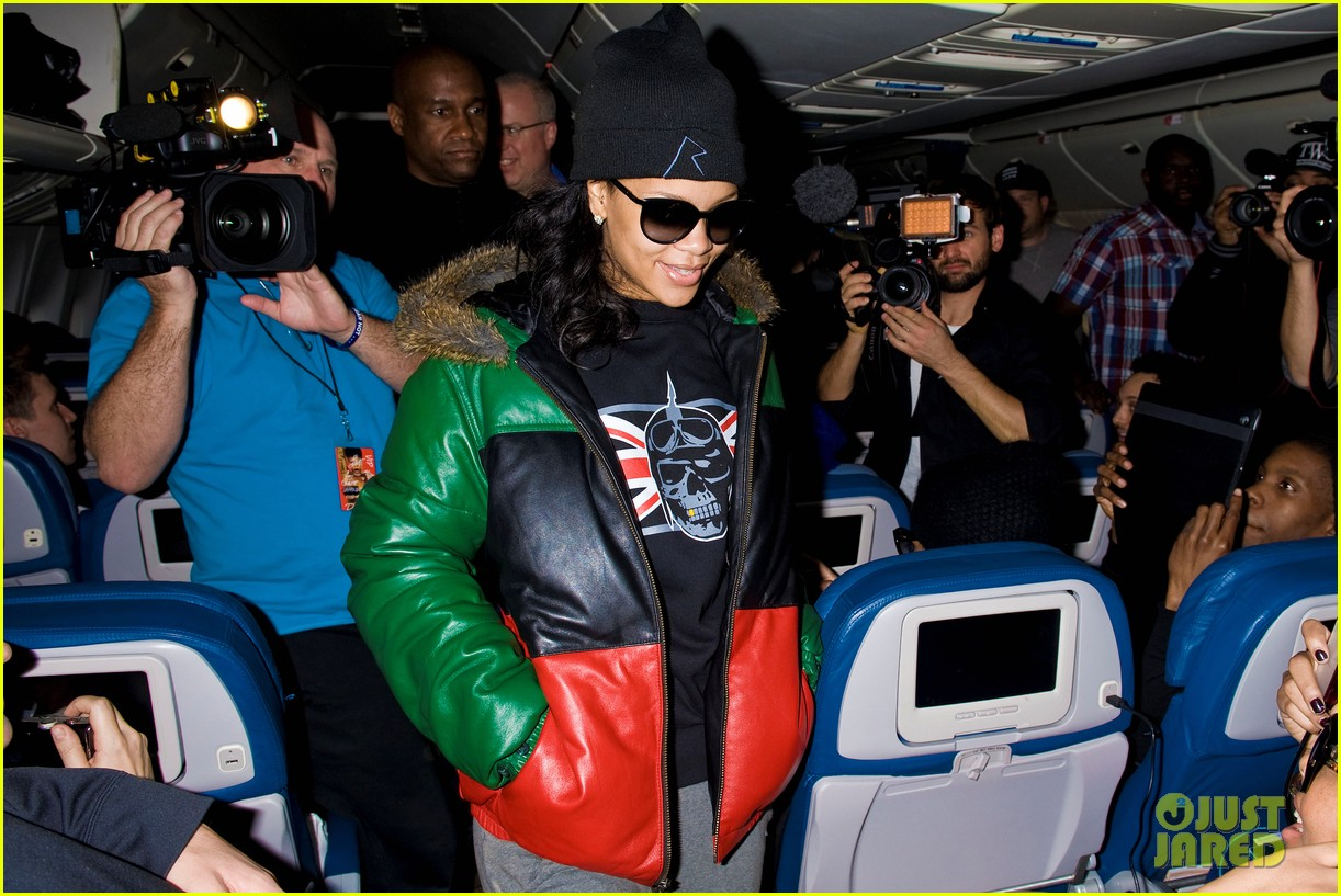 rihanna emerges on 777 tour flight to nyc first pics 082761460