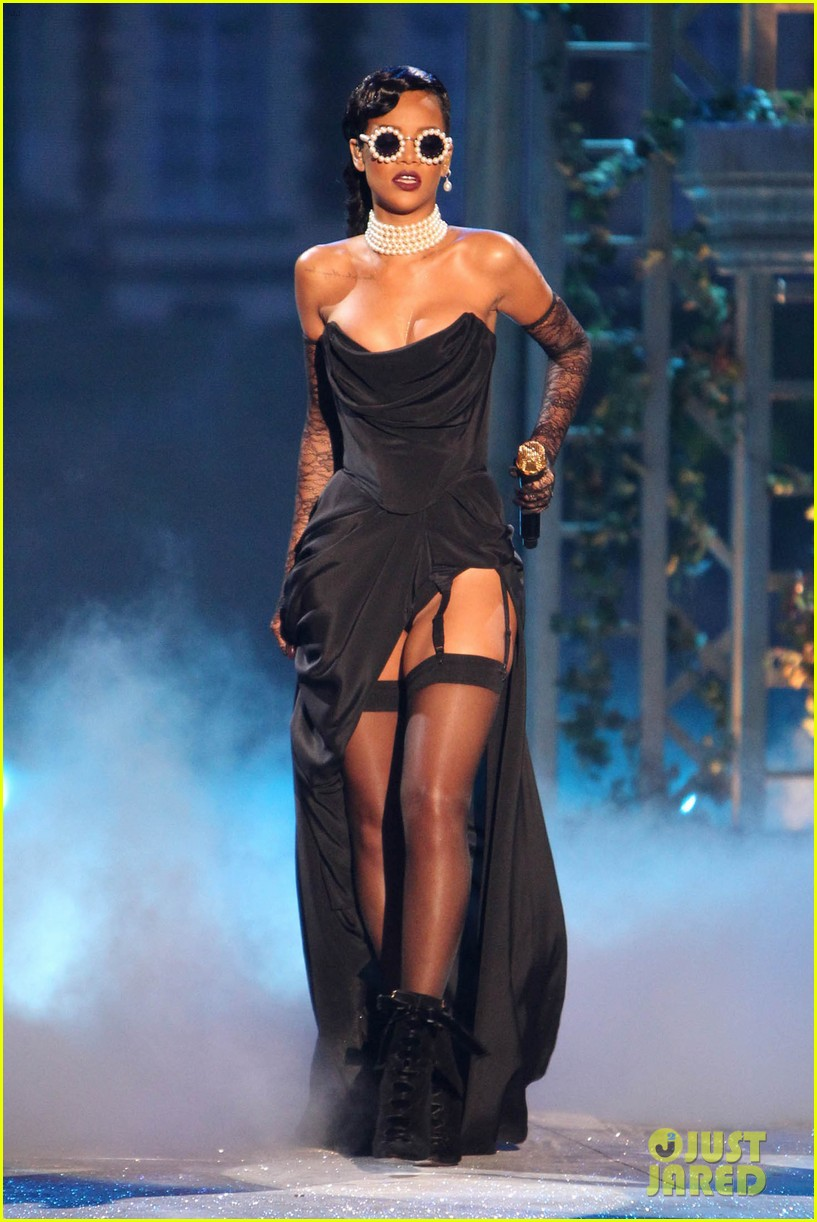 rihanna victorias secret fashion show 2012 performance 01