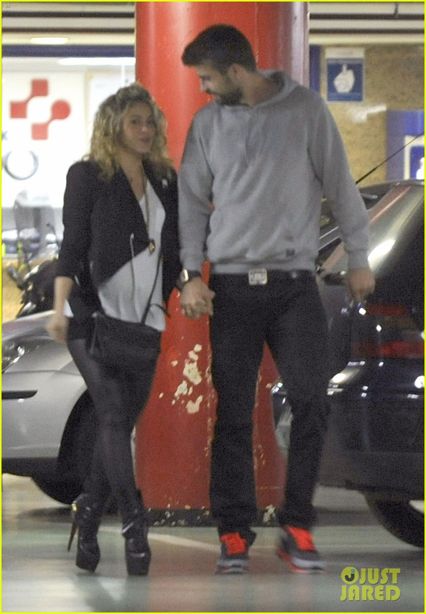 shakira gerard pique baby bump 01