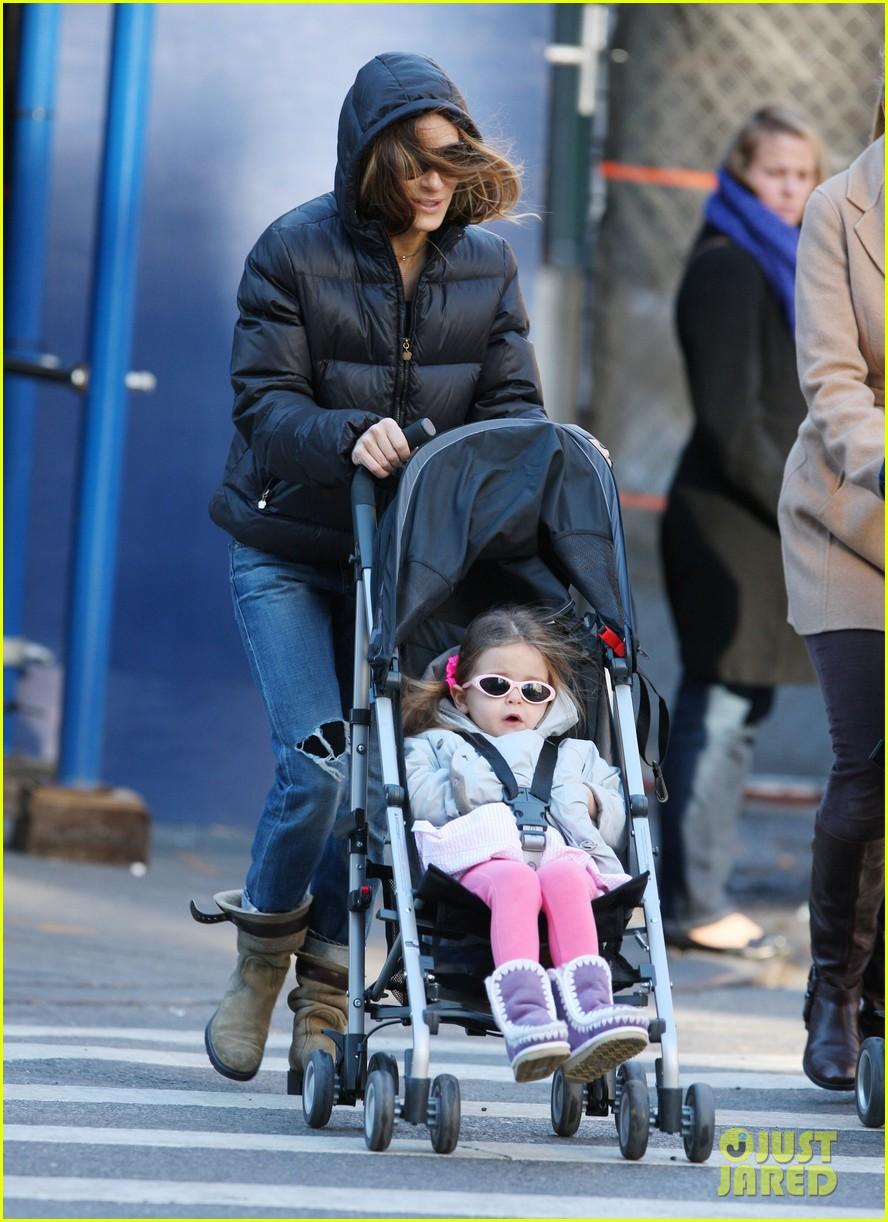 sarah jessica parker brisk morning walk with the kids 01