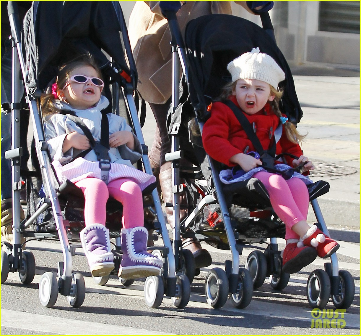 sarah jessica parker brisk morning walk with the kids 02
