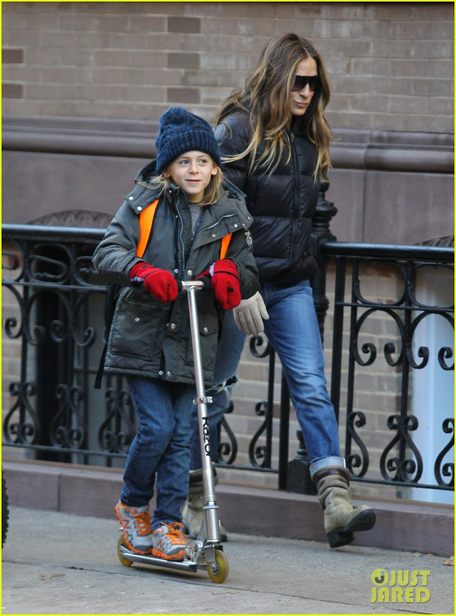 sarah jessica parker brisk morning walk with the kids 03