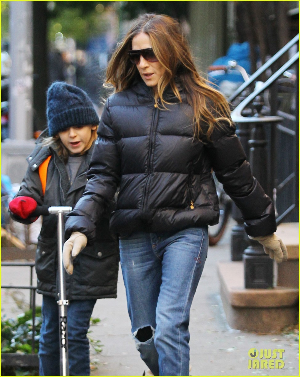 sarah jessica parker brisk morning walk with the kids 04