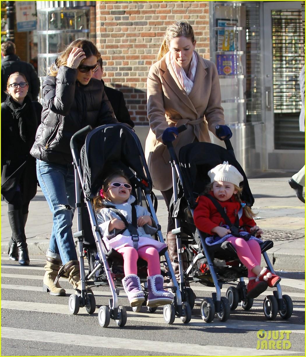 sarah jessica parker brisk morning walk with the kids 06