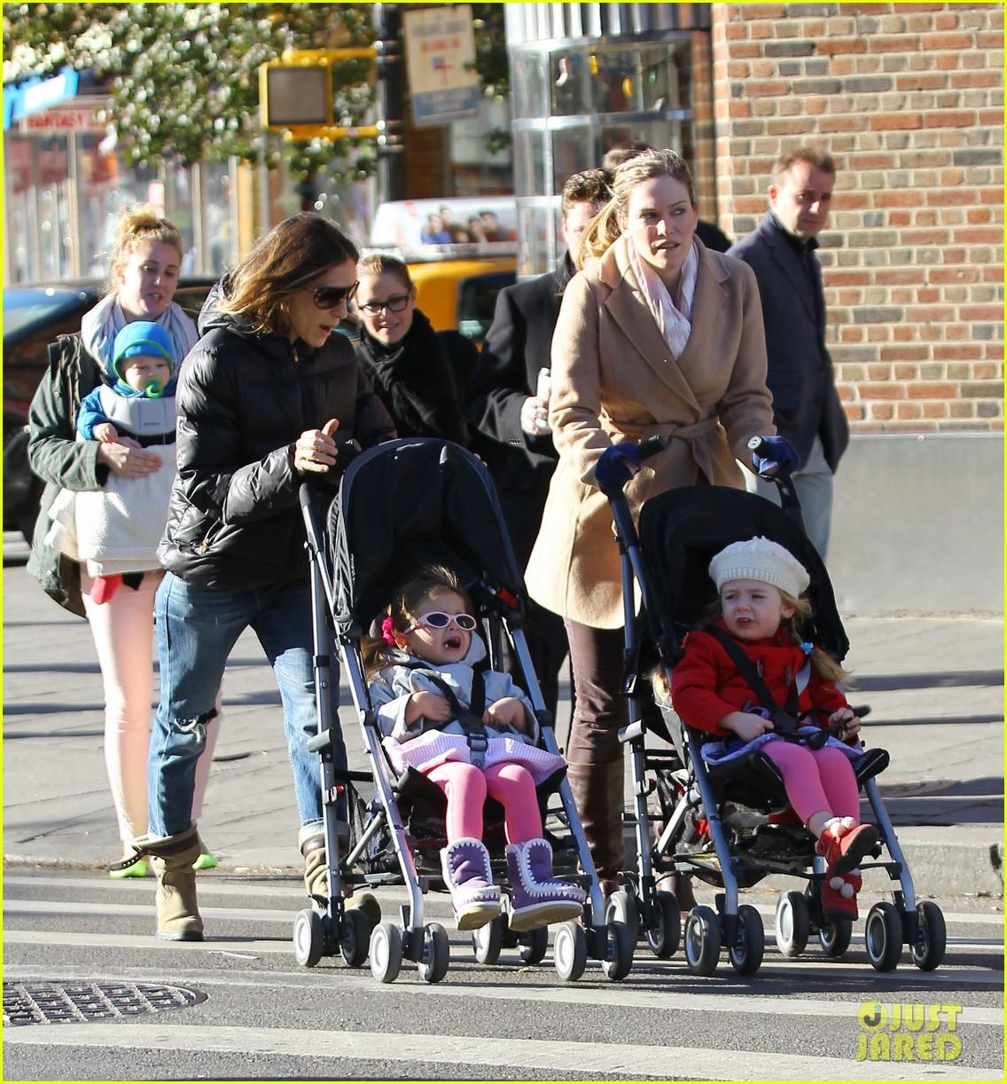 sarah jessica parker brisk morning walk with the kids 08