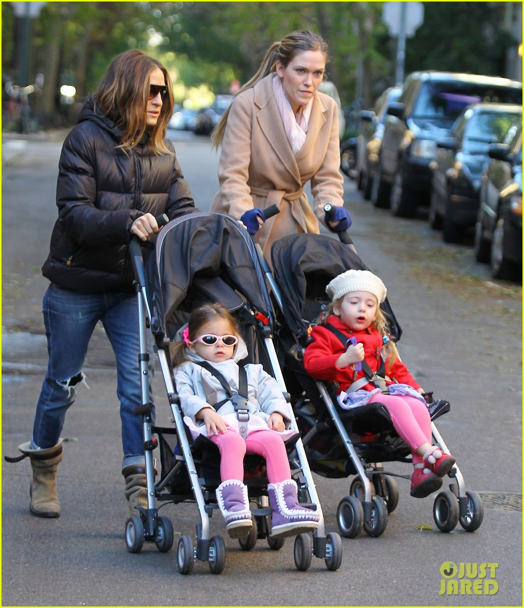 sarah jessica parker brisk morning walk with the kids 14