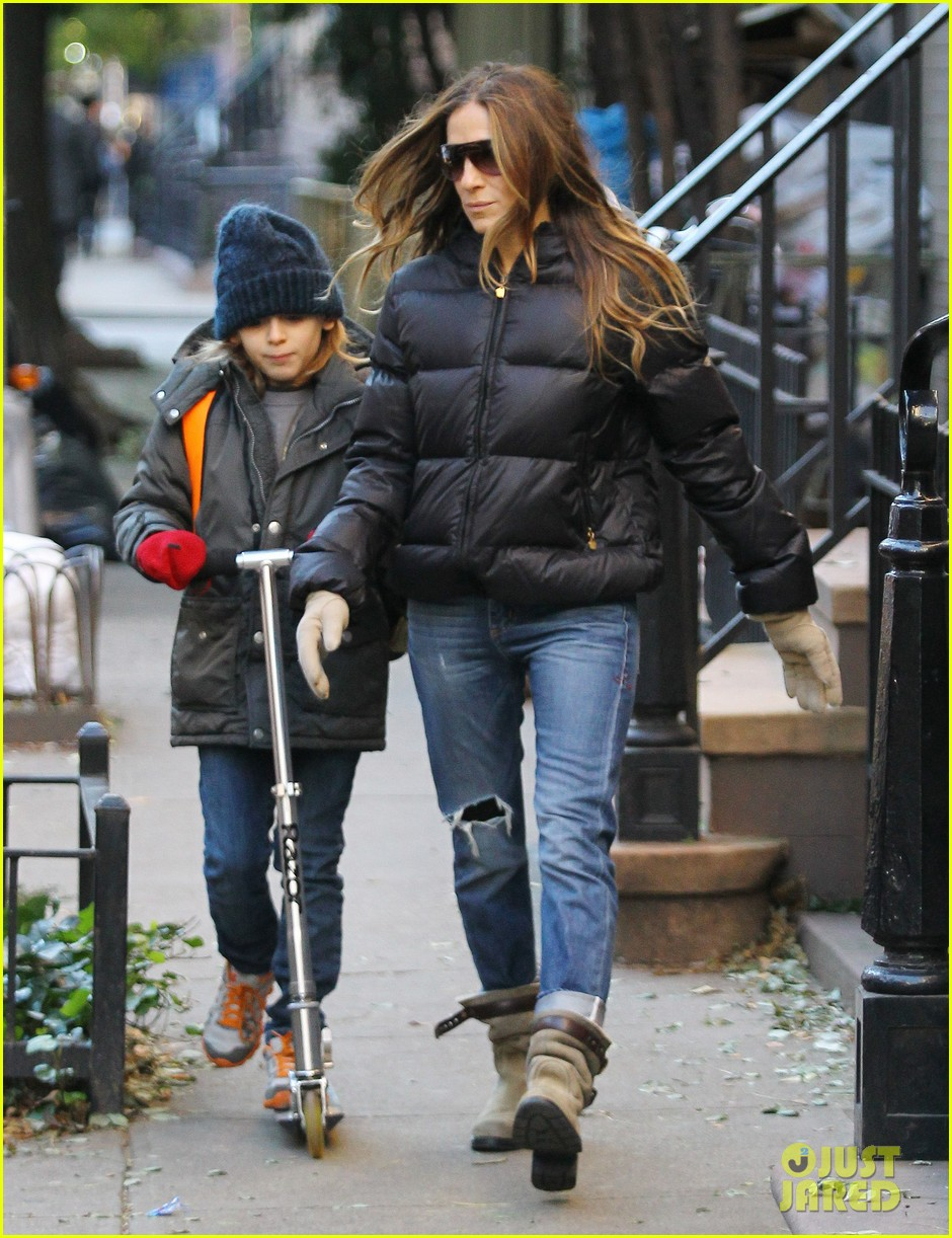 sarah jessica parker brisk morning walk with the kids 20