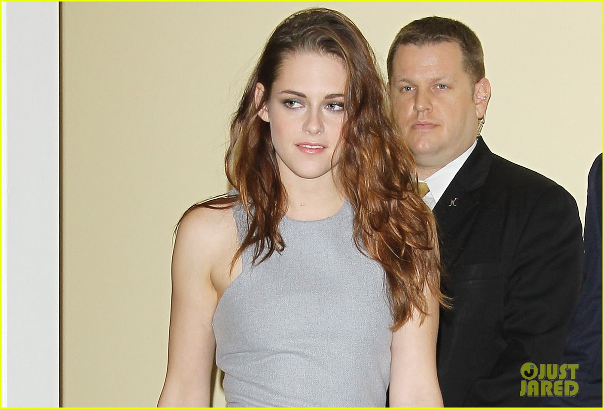 kristen stewart announces cecil b demille award to jodie foster 03