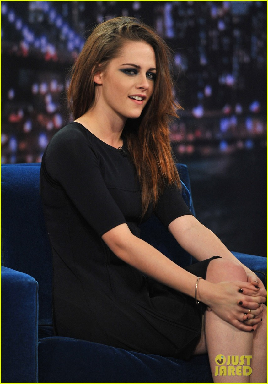 kristen stewart barefoot on late night with jimmy fallon 19