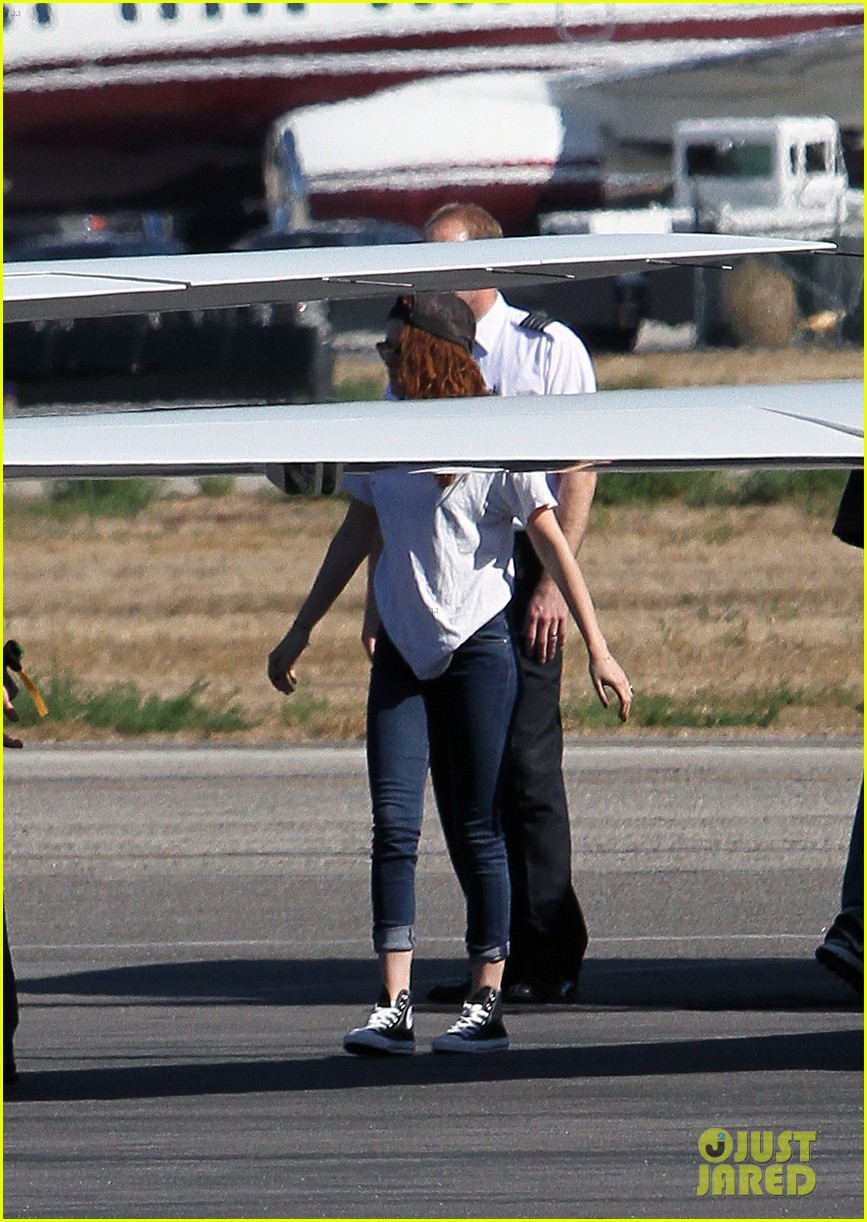 kristen stewart robert pattinson jet out on private plane 01