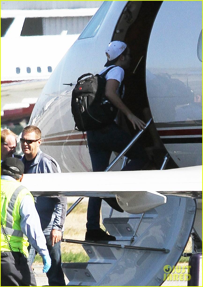 kristen stewart robert pattinson jet out on private plane 04