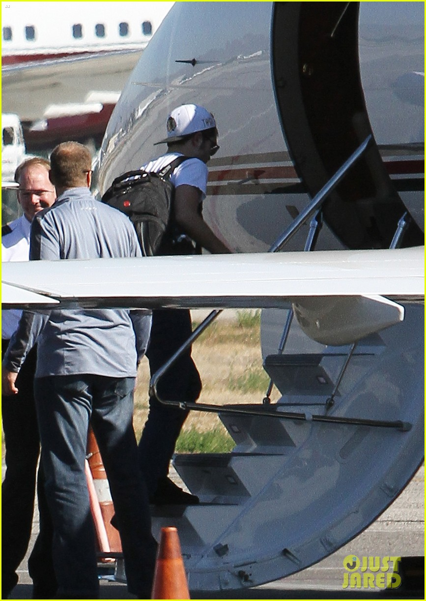 kristen stewart robert pattinson jet out on private plane 05