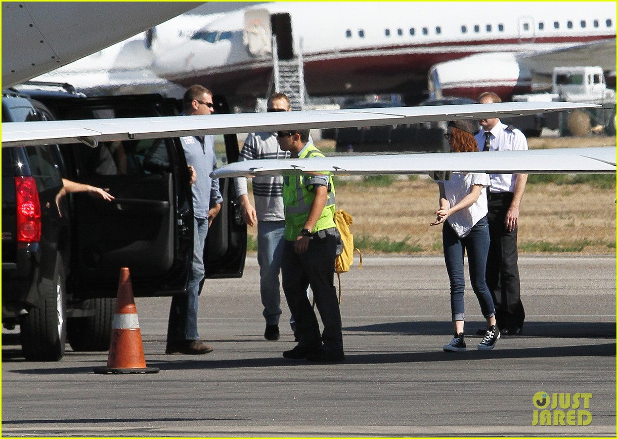kristen stewart robert pattinson jet out on private plane 08