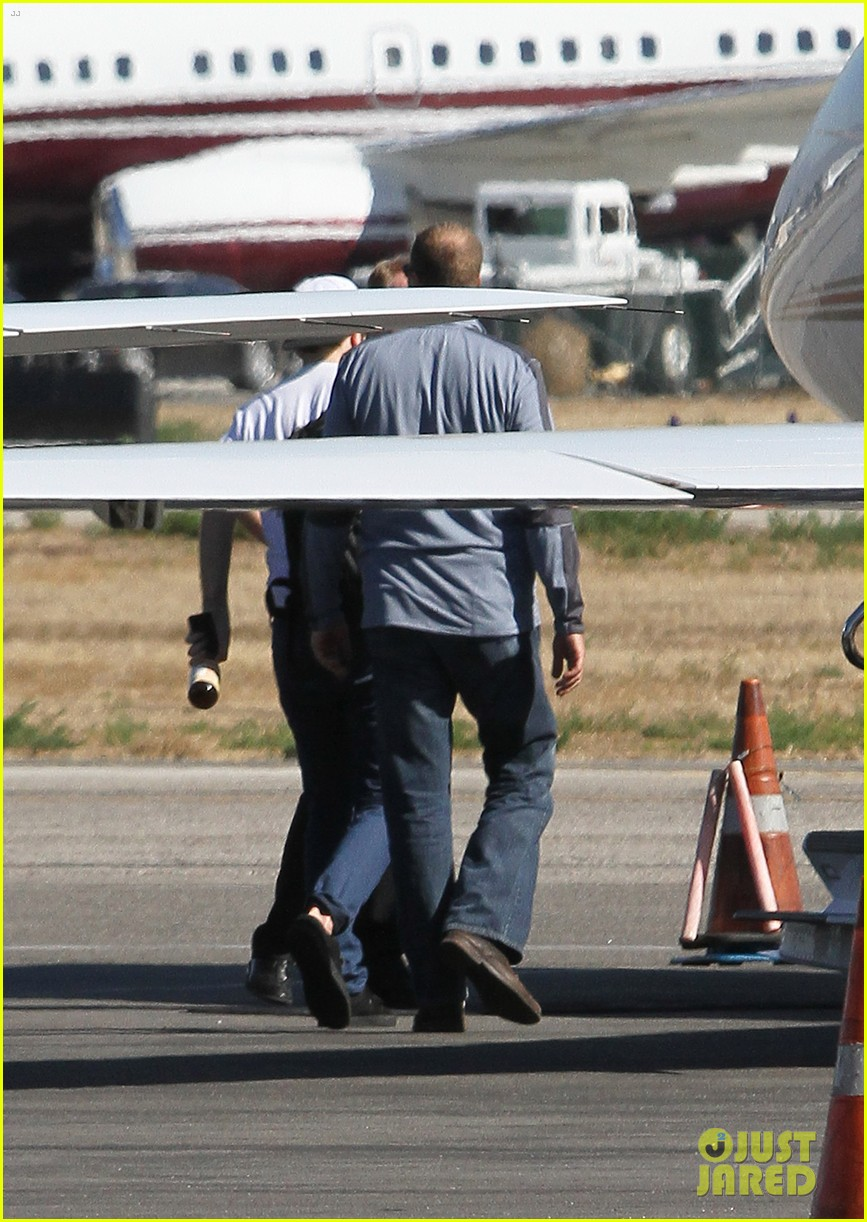 kristen stewart robert pattinson jet out on private plane 312752050