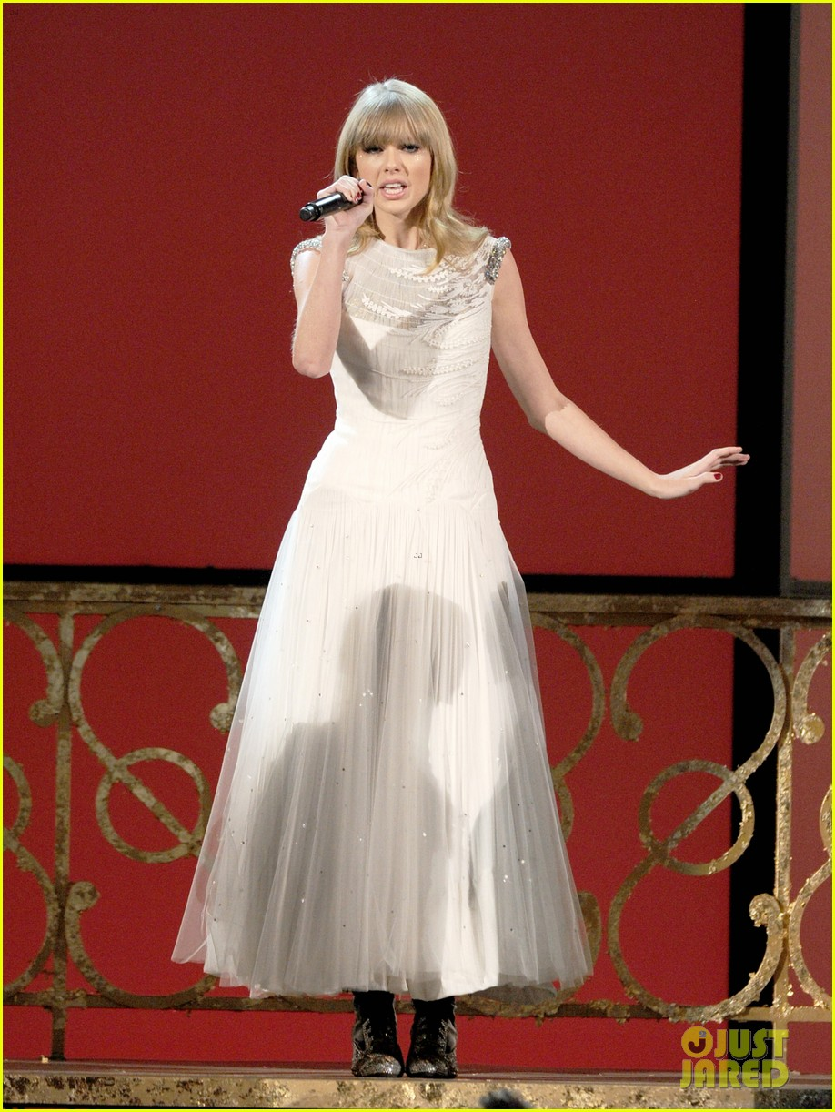 taylor swift i knew you were trouble at amas watch now 01