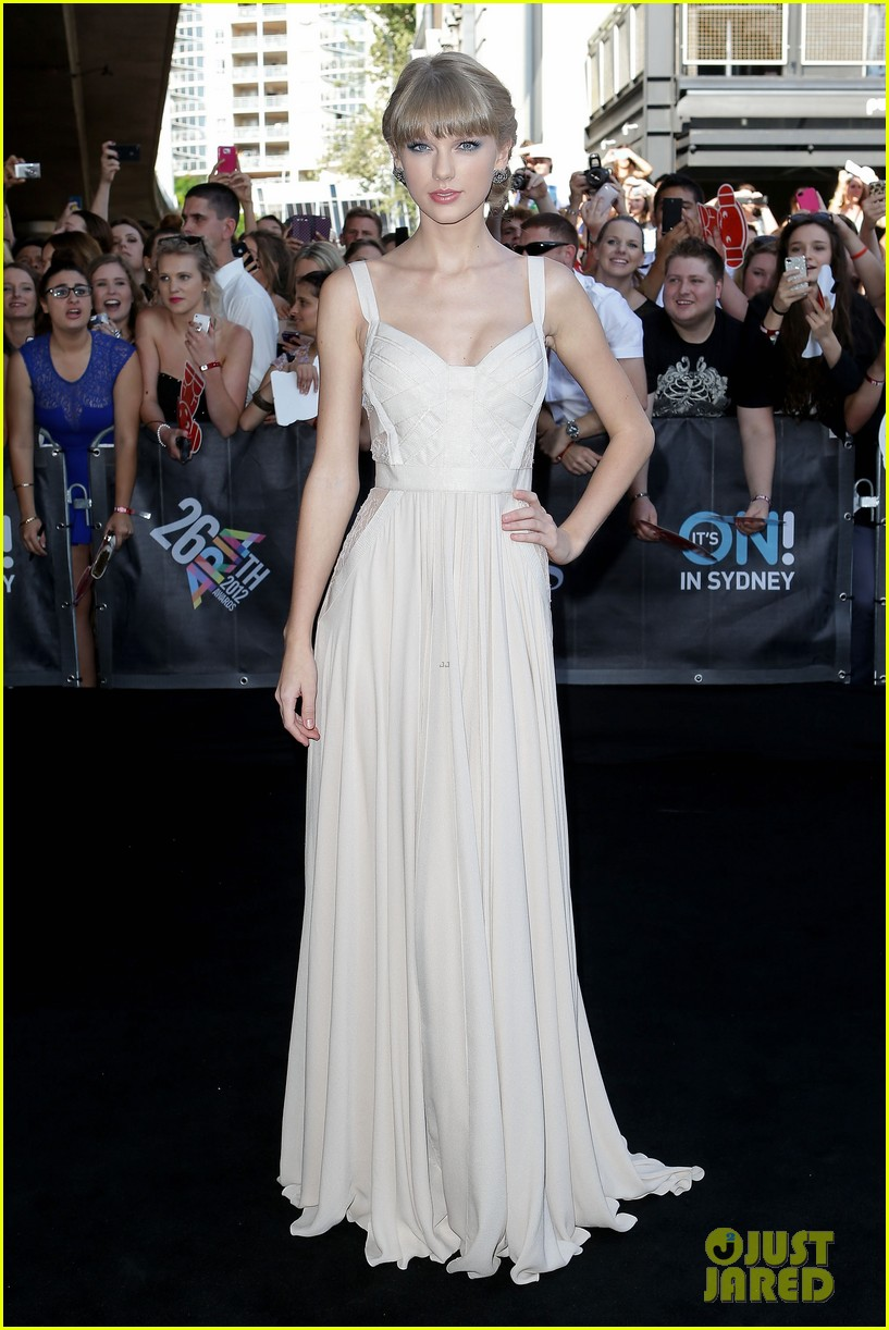 taylor swift aria awards 2012 red carpet 01