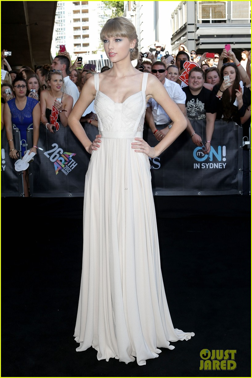 taylor swift aria awards 2012 red carpet 04