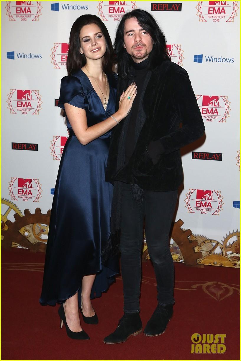 taylor swift lana del rey mtv emas 2012 red carpet 03