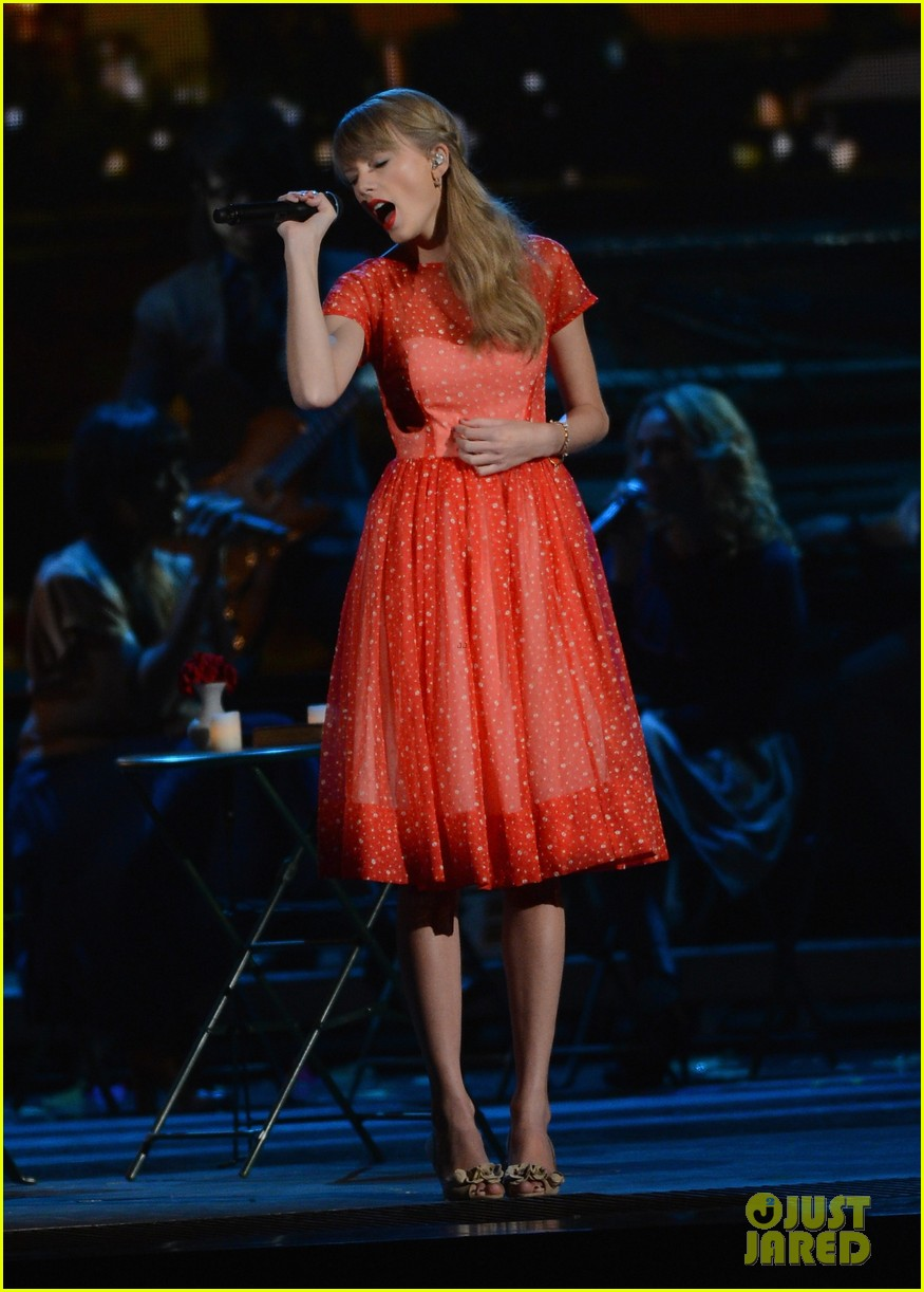 taylor swift live performance cmas 04
