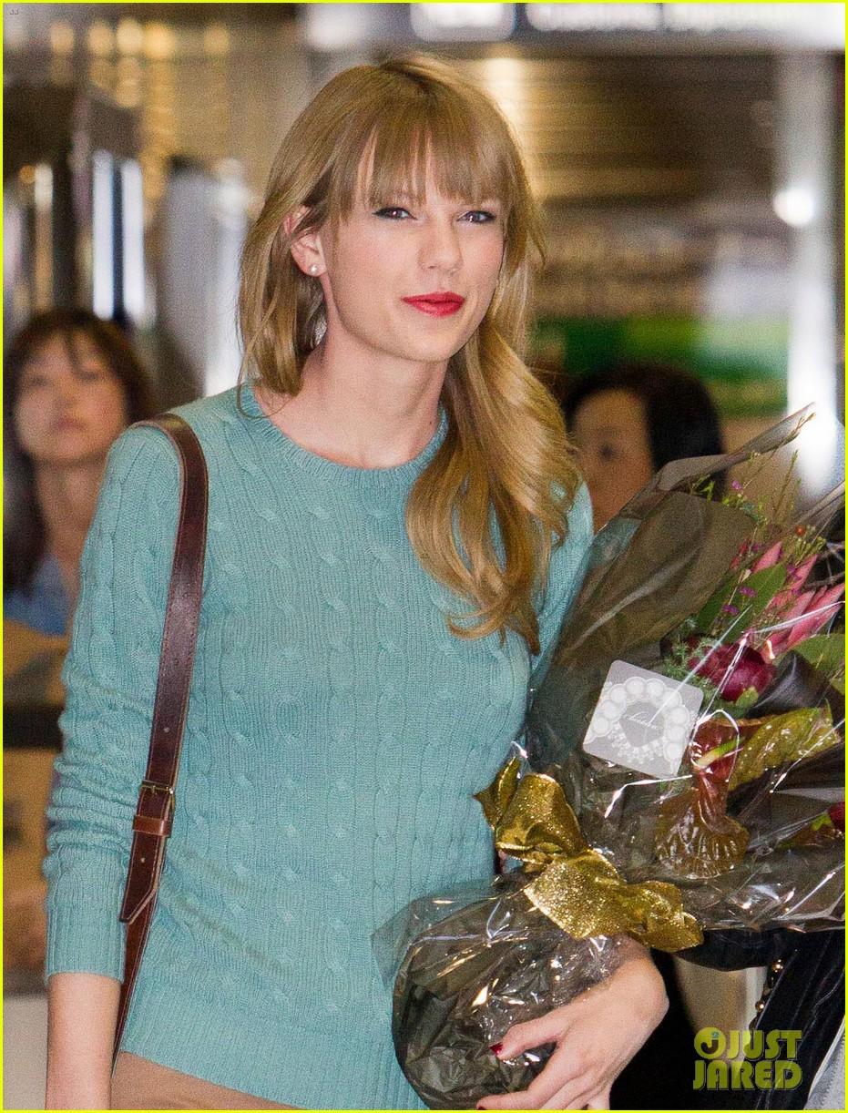 taylor swift meets fans at narita airport in tokyo 012762134