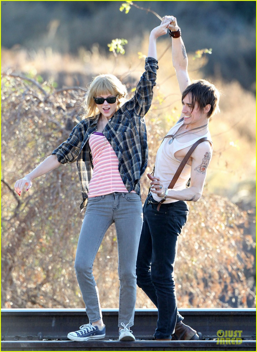 taylor swift piggy back ride on i knew you were trouble set 01