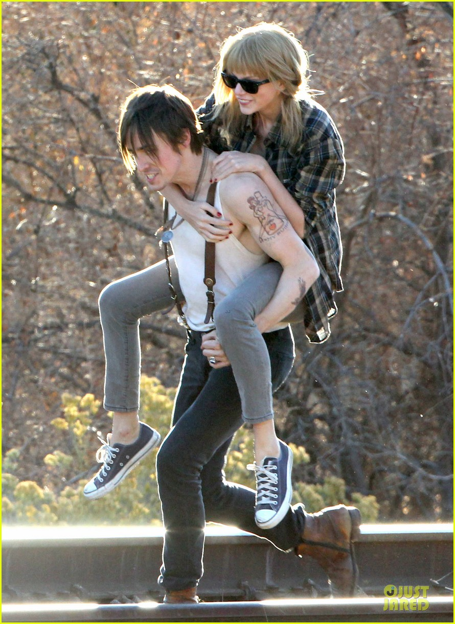 taylor swift piggy back ride on i knew you were trouble set 042761050