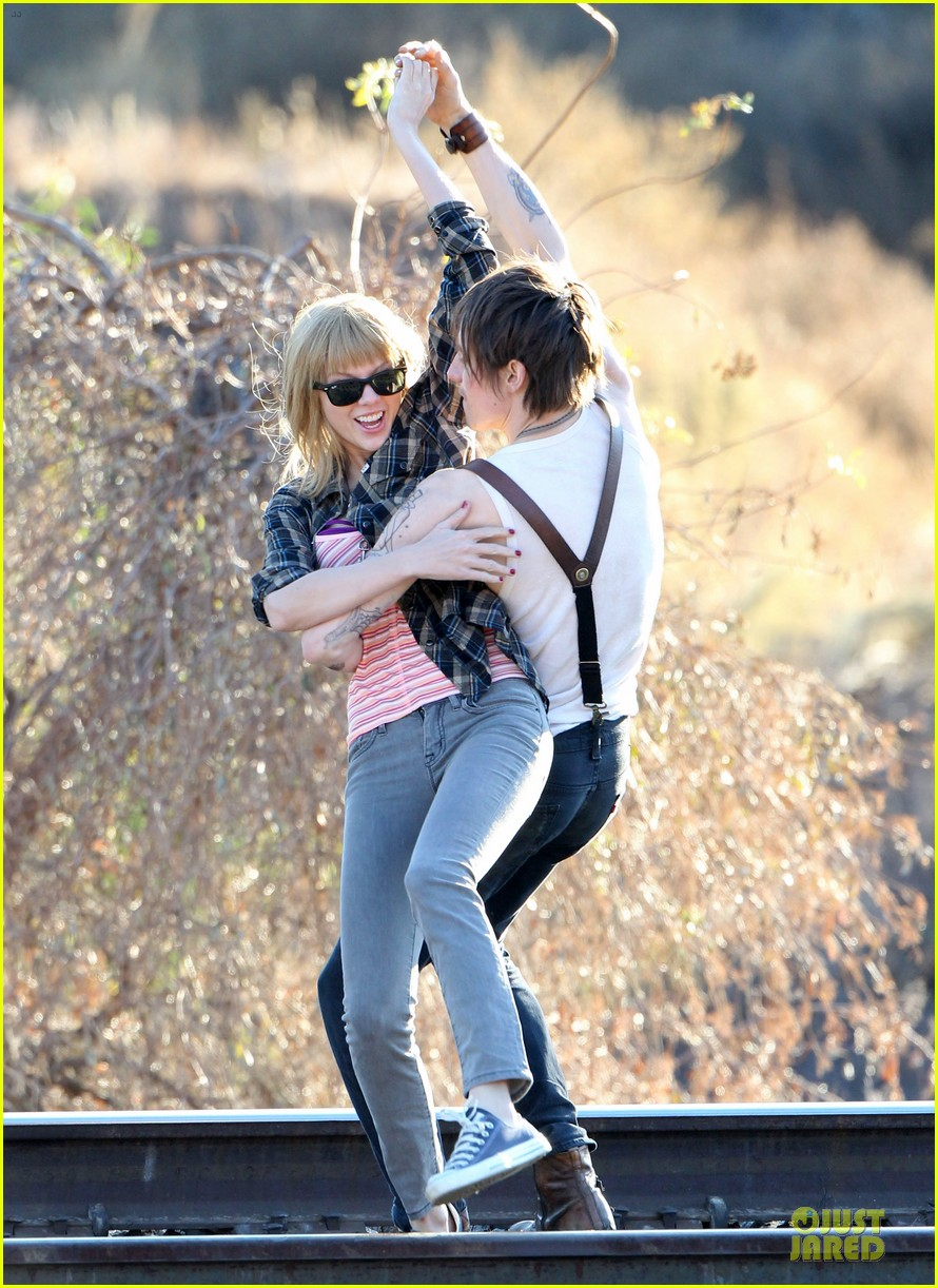 taylor swift piggy back ride on i knew you were trouble set 09