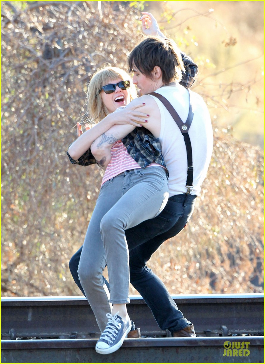 taylor swift piggy back ride on i knew you were trouble set 10