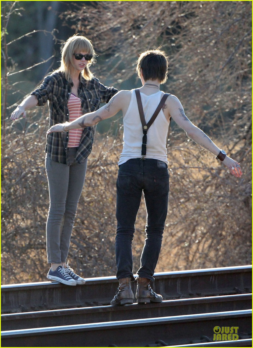 taylor swift piggy back ride on i knew you were trouble set 20