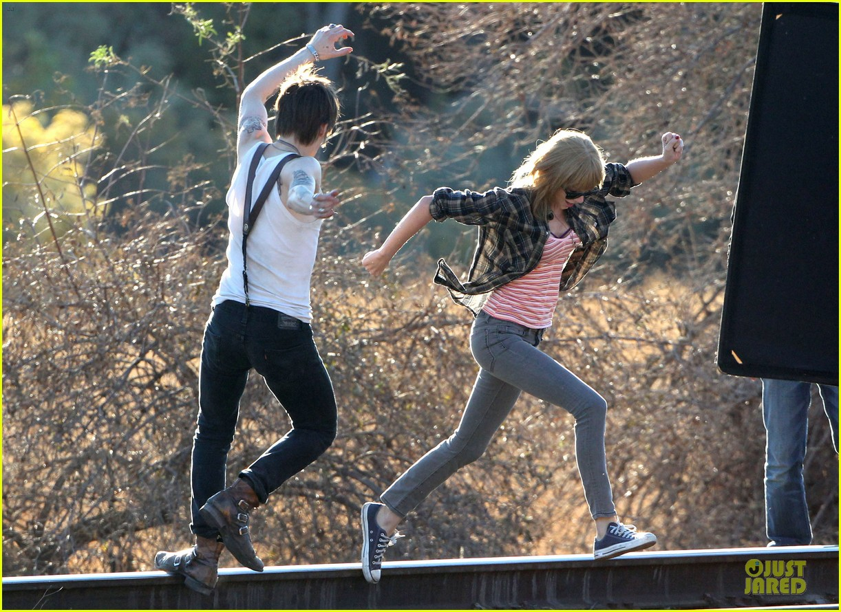 taylor swift piggy back ride on i knew you were trouble set 212761067