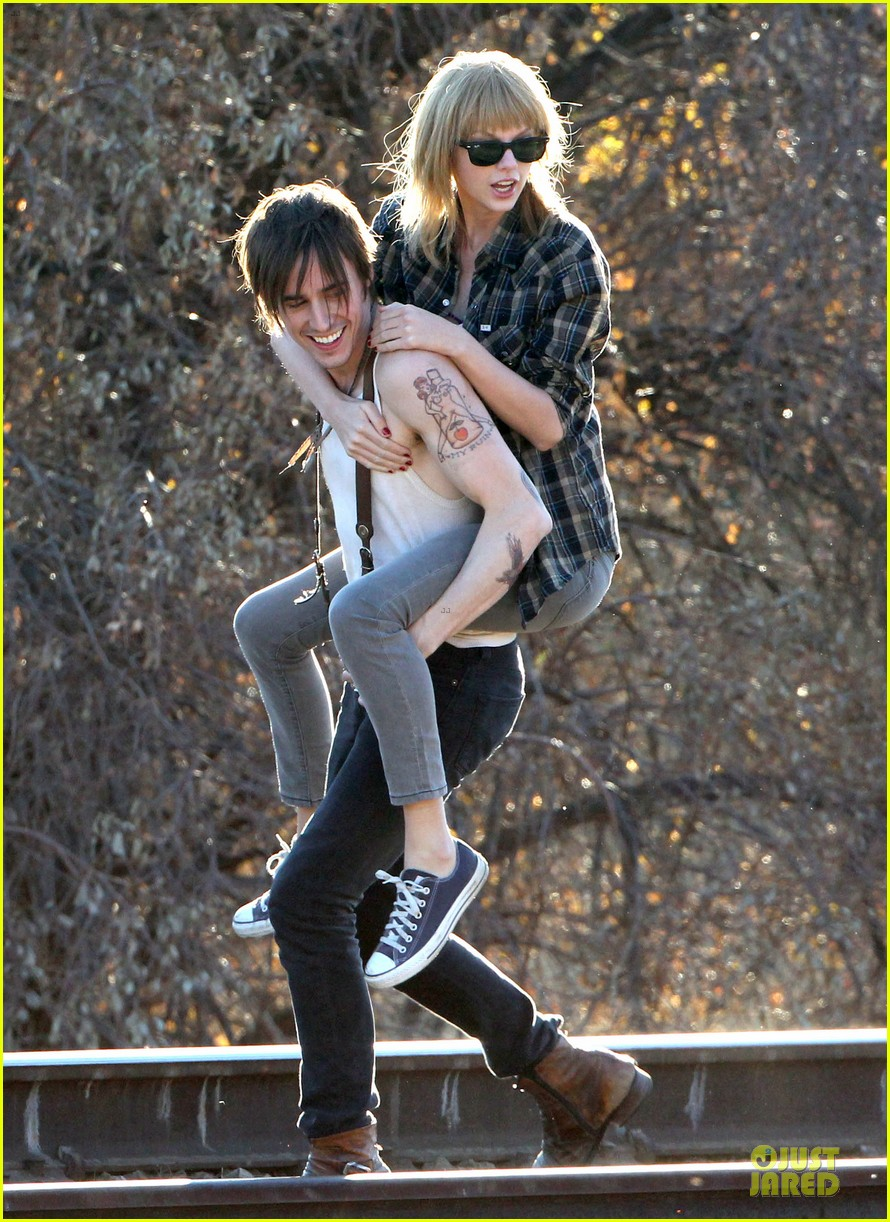 taylor swift piggy back ride on i knew you were trouble set 26