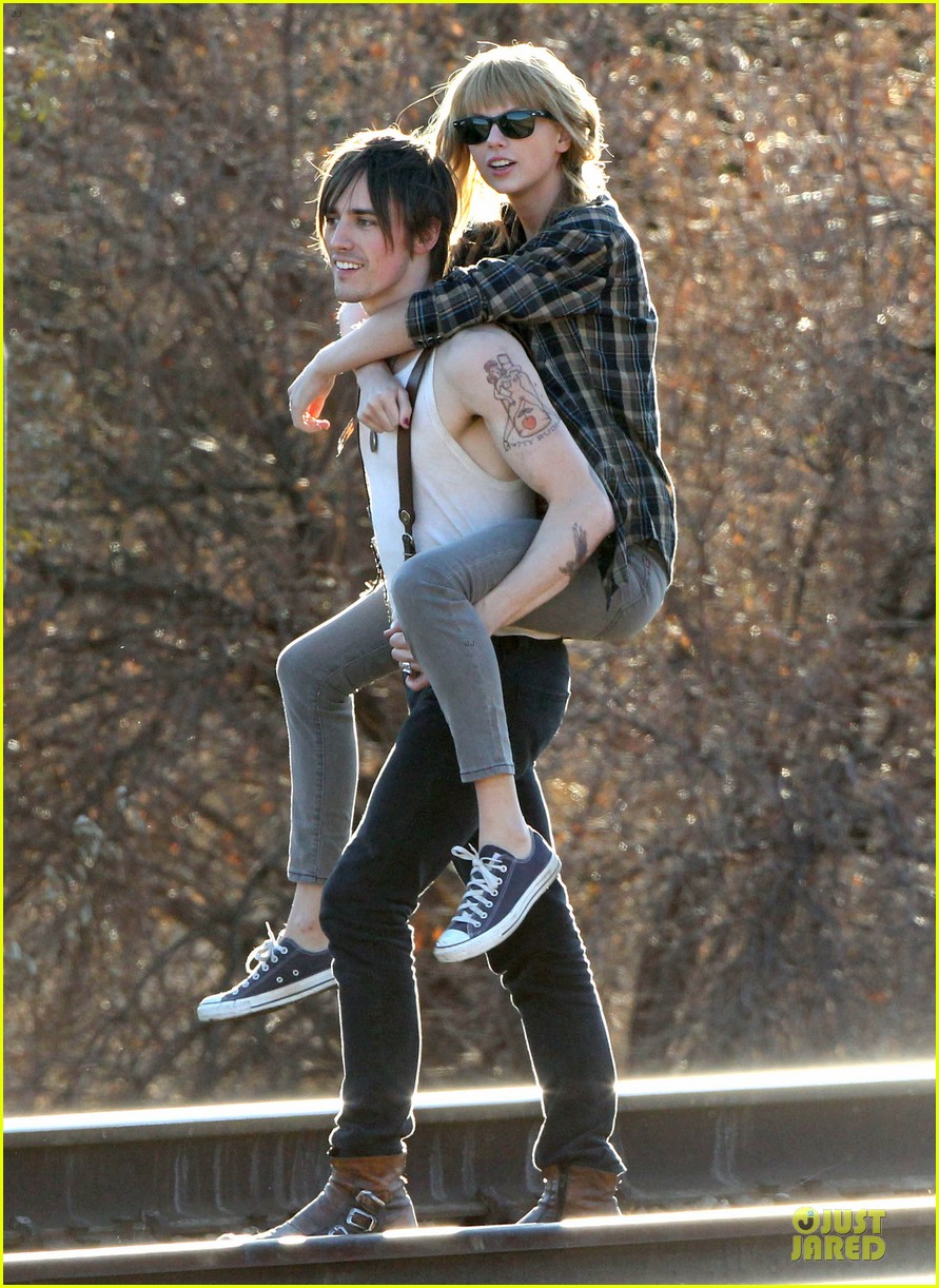 taylor swift piggy back ride on i knew you were trouble set 27
