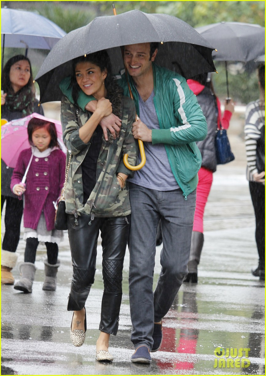 jessica szohr rainy day date with boyfriend 01