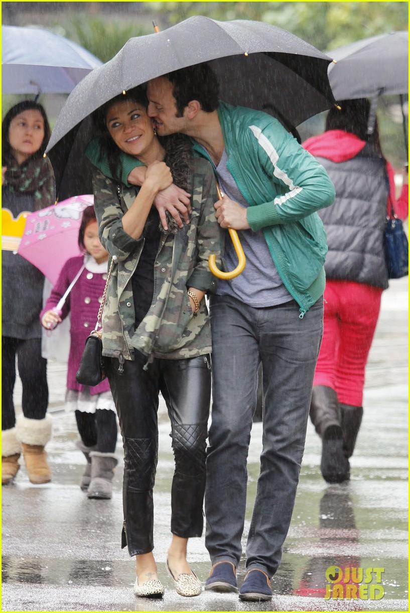 jessica szohr rainy day date with boyfriend 02