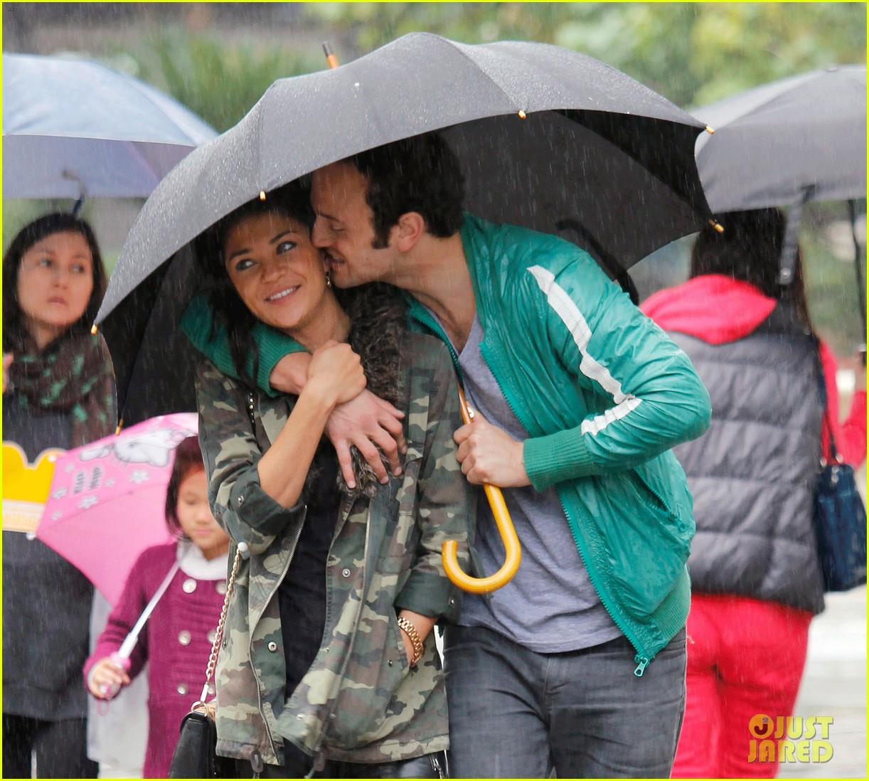 jessica szohr rainy day date with boyfriend 05