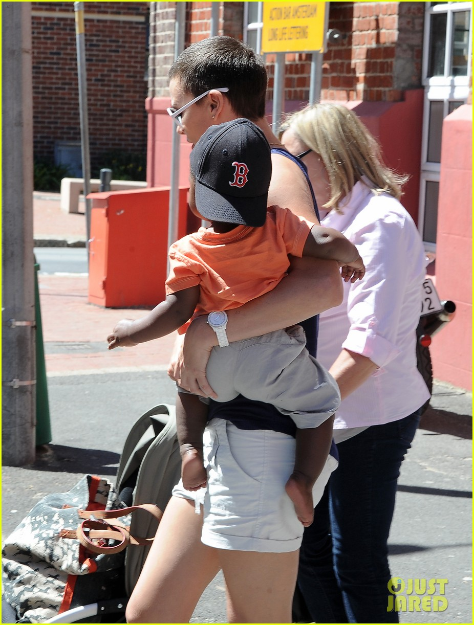charlize theron cape town lunch with jackson 03