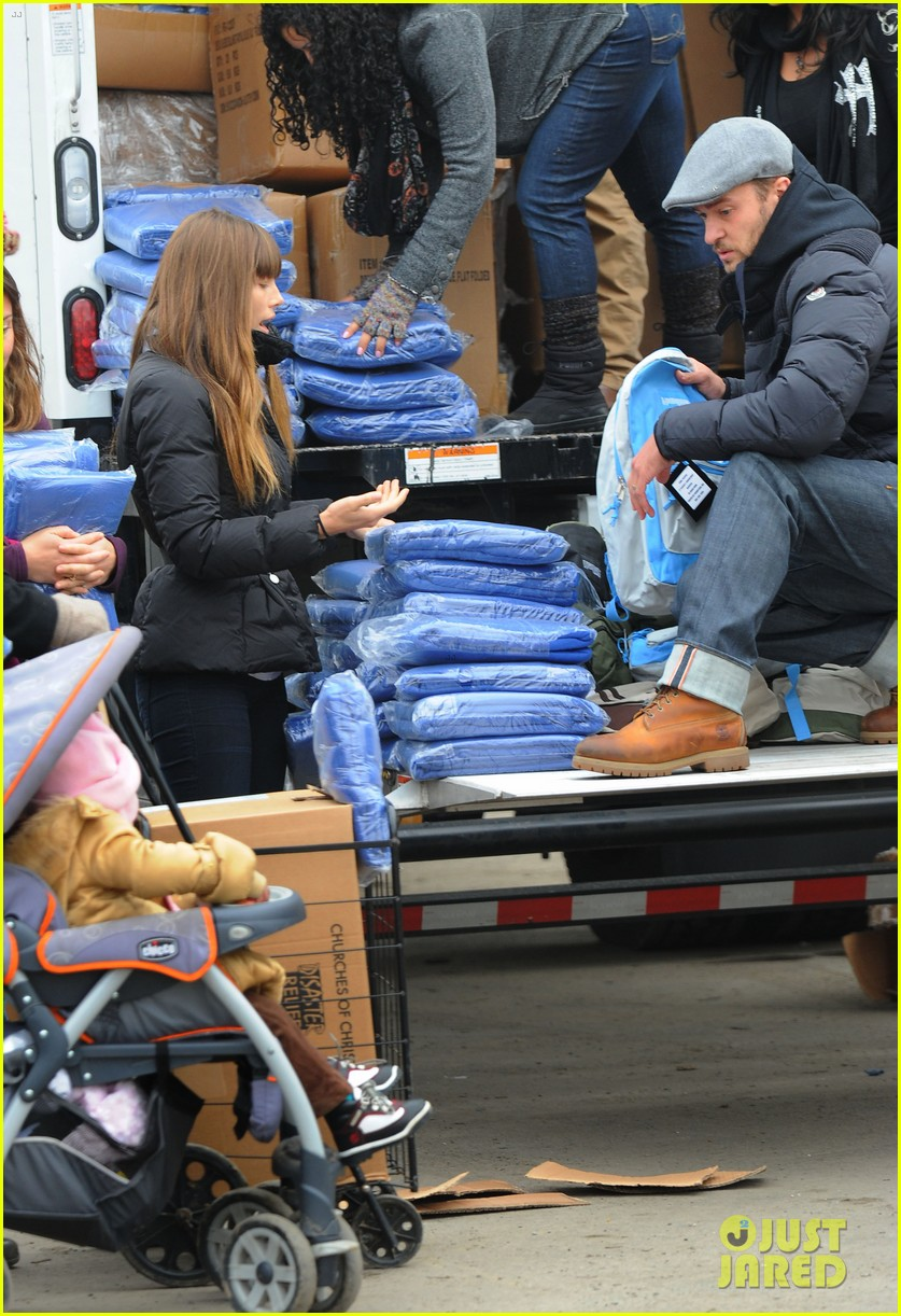 justin timberlake jessica biel hurricane sandy relief workers 03