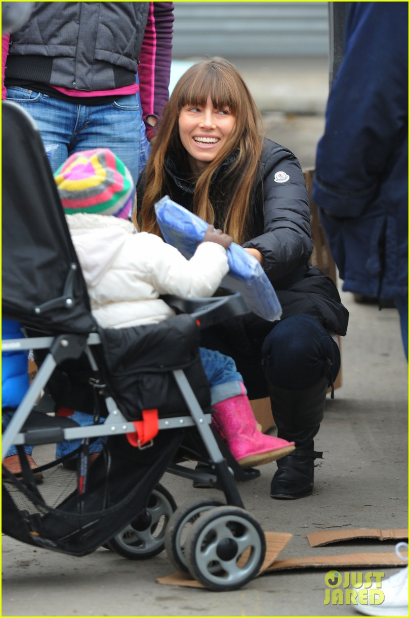 justin timberlake jessica biel hurricane sandy relief workers 04