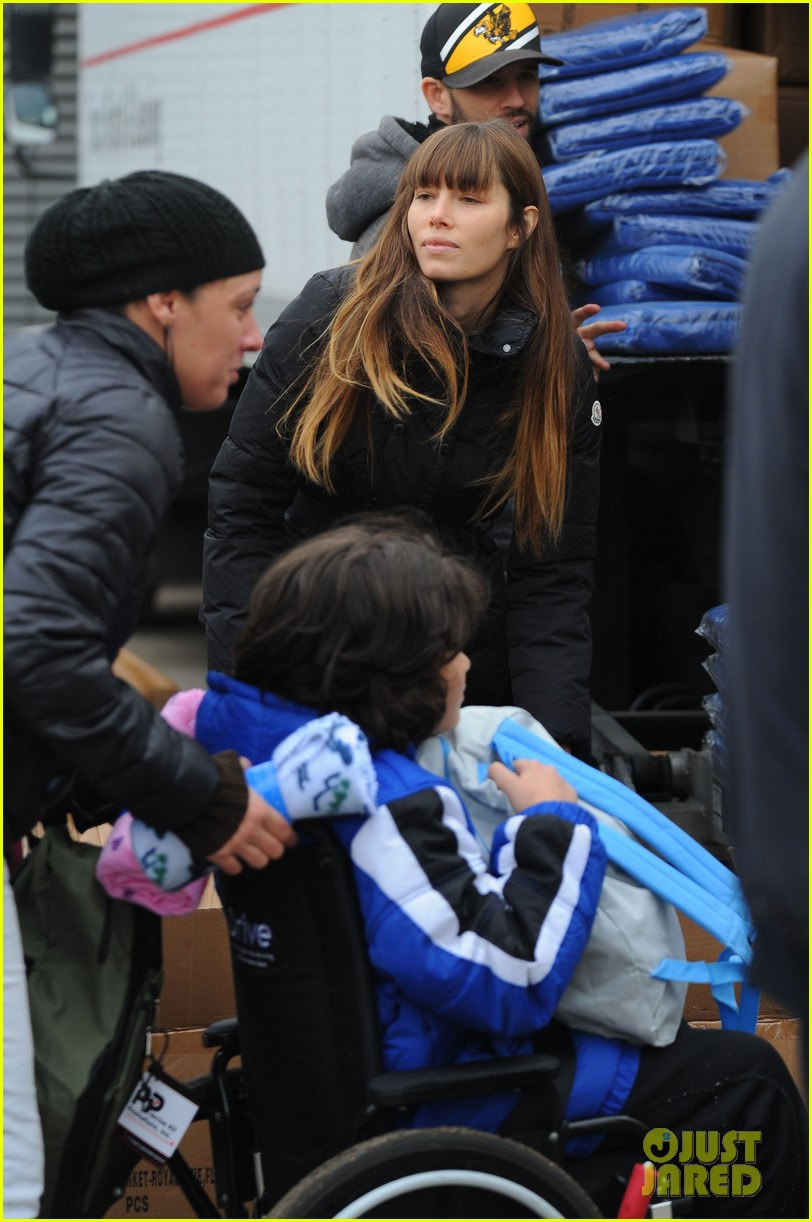 justin timberlake jessica biel hurricane sandy relief workers 26