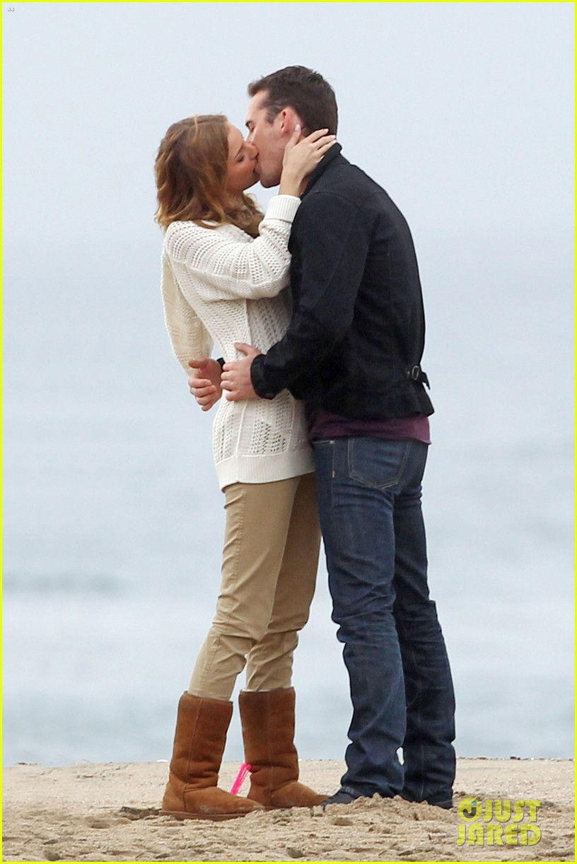 emily vancamp barry sloane revenge kiss in the rain 06