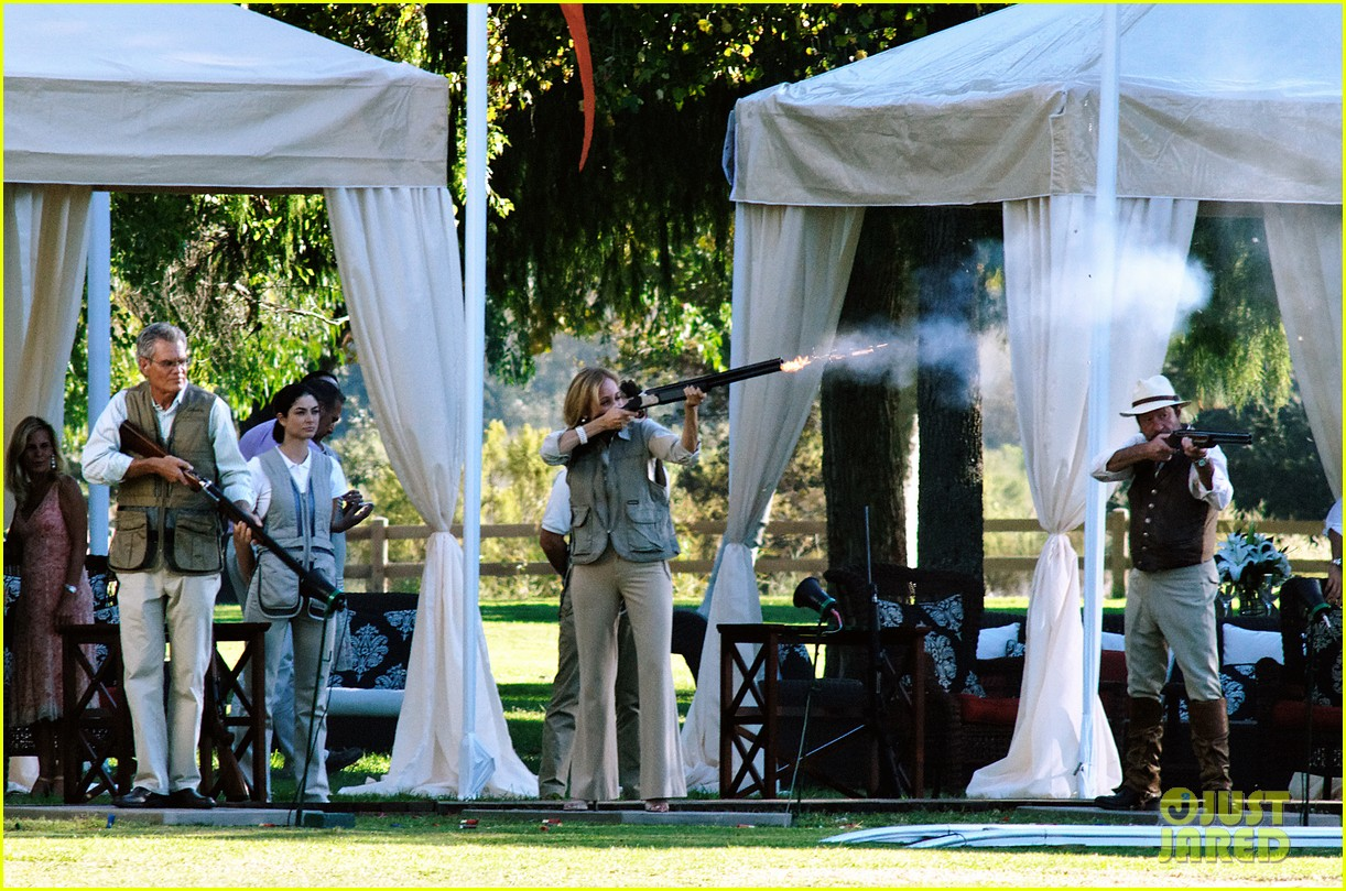 emily vancamp shoots rifle on revenge set 02