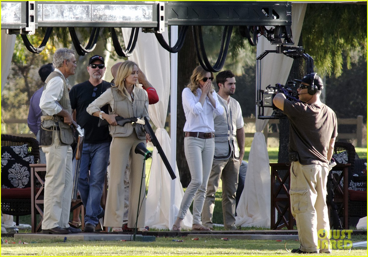emily vancamp shoots rifle on revenge set 09