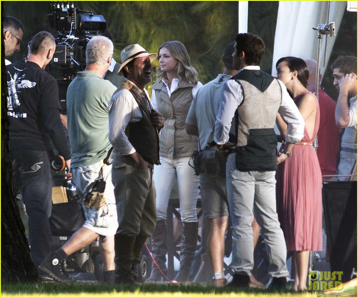 emily vancamp shoots rifle on revenge set 11