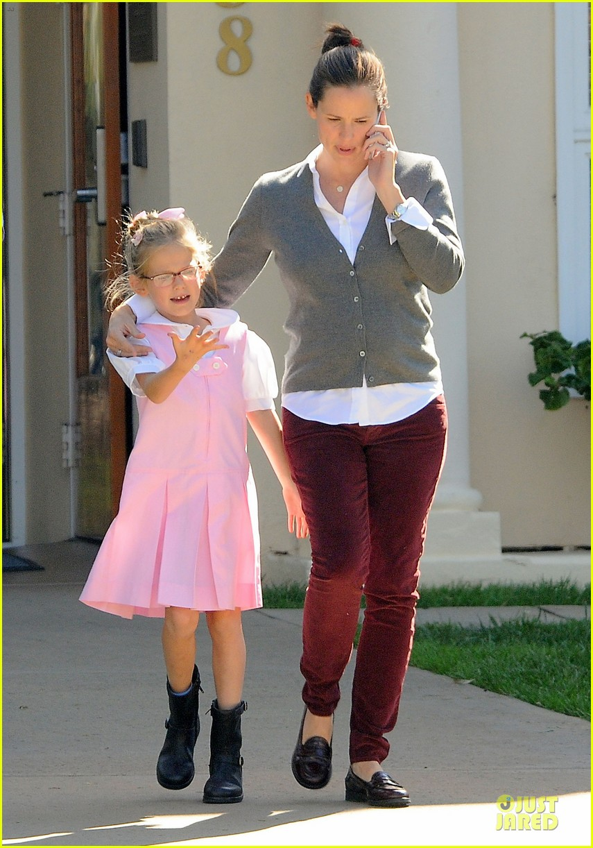 jennifer garner voting stop with violet 01
